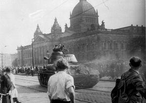 Bundesarchiv Bild 175-14676, Leipzig, Reichsgericht, russischer Panzer