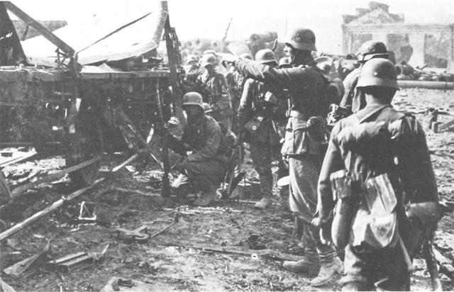 File:German troops in Plzeň (FG).jpg
