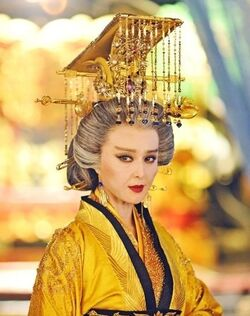 Empress Dowager Lin Shan wearing a crown similar to the Imperial Crown