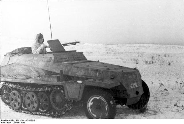 File:Bundesarchiv Bild 101I-236-1036-31, Russland, Schützenpanzer auf Feld.jpg