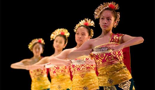 File:Indonesian-girl-of-pendet-dance.jpg
