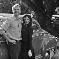 Mena Suvari (Black Dahlia) with the director of the episode, John Scott, in front of the Murder House