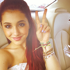 File:Ariana showing the peace sign.png