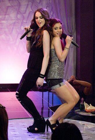 File:Elizabeth y Ariana en Give It Up.jpg