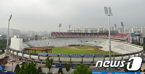 File:Remodeling Suwon Baseball Stadium Red Wine Chairs 4 (2014~).jpeg