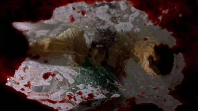 File:1x03 - Walt cleaning.jpg