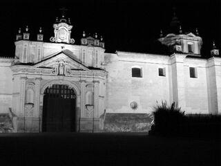Fachada de la Cartuja de Sevilla de noche.jpg