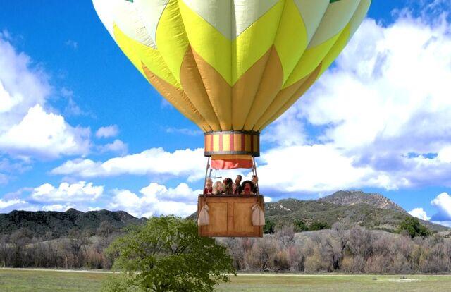 File:4X9 The balloon takes off.jpg