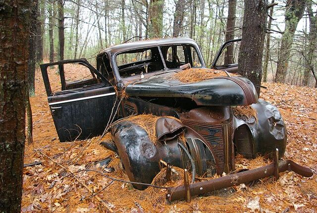 File:An-abandoned-vintage-car-006.jpg