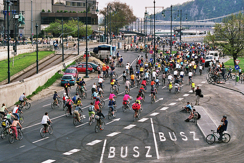 File:Mass below the Chain bridge - 2 - Critical Mass 2006 april.jpg