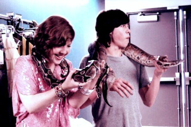 File:Munro & Aislinn behind the scenes.jpg