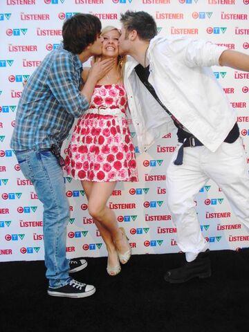File:Landon, jessica and argiris kiss.jpg