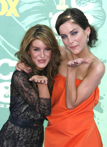 File:90210 jess and shenae.jpg