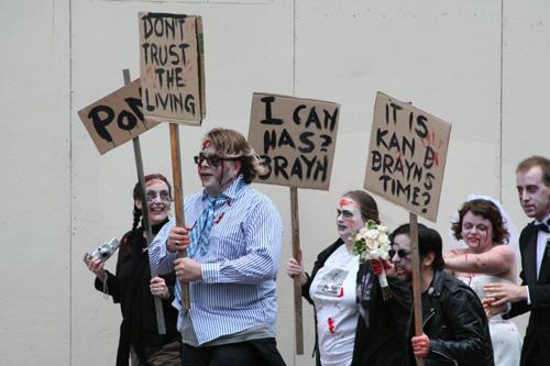 Datei:Zombie-Streik (Sprechstunde Okt 2014).jpg