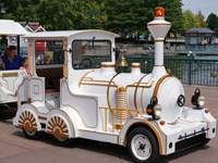 Disney-village-train