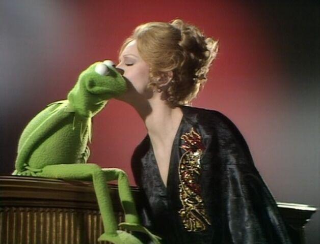 File:830px-Juliet kisses Kermit.jpg