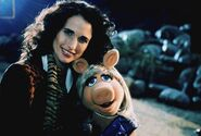 MuppetsFromSpace-AndieMacDowell-and-Piggy