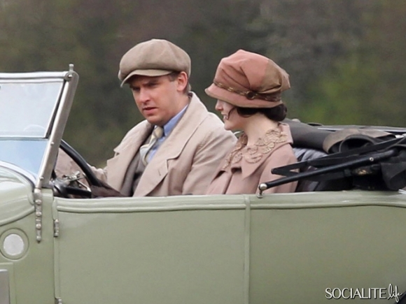 File:Dan-Stevens-Michelle-Dockery-Film-Season-3-Downton-Abbey-British-Countryside-UK-04122012-01-580x435.jpg