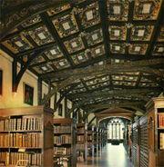 Interior de la Biblioteca de Hogwarts.jpg