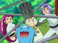 Archivo:EP550 Team Rocket mirando a Gligar a apunto de rajar su globo.png