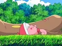 Archivo:EP553 Sudowoodo y Happiny tumbados en la hierba.png