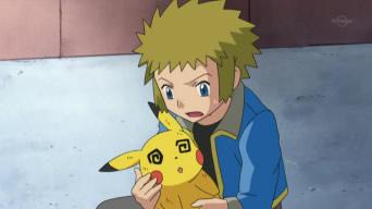 Archivo:EP634 Pikachu debilitado en los hombros de lectro.png