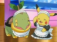 Archivo:EP531 Turtwig y Pikachu vestidos para atender en el café.png