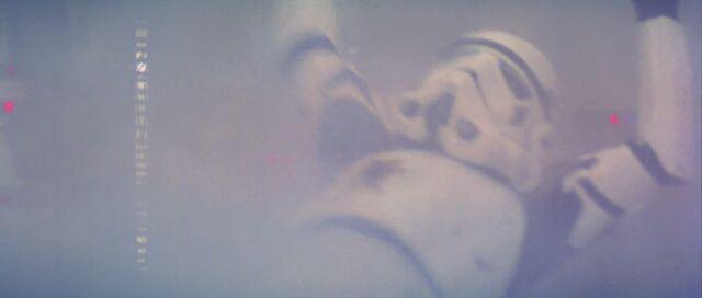 Archivo:Stormtrooper muere.jpg