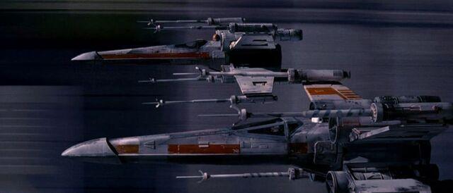 Archivo:Xwings trenchrun.jpg