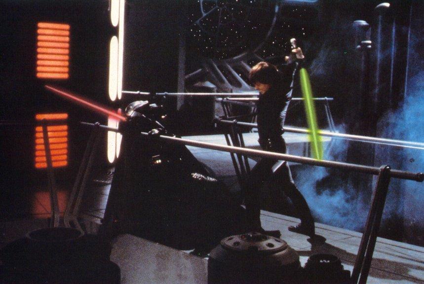 luke skywalker usando el sable en duelo contra darth vader - Sable Color Cultura