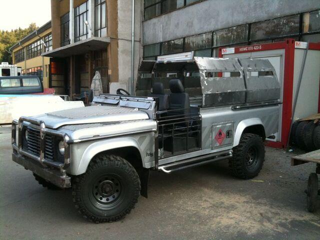 File:Land Rover Defender 110.jpg