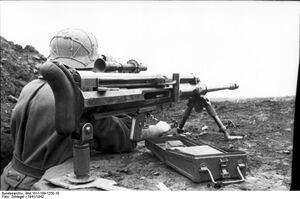 Bundesarchiv Bild 101I-189-1250-10, Russland-Süd, Soldat mit Panzerbüchse