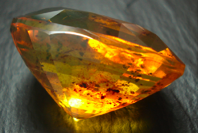 File:Amber-faceted-inclusions.jpg
