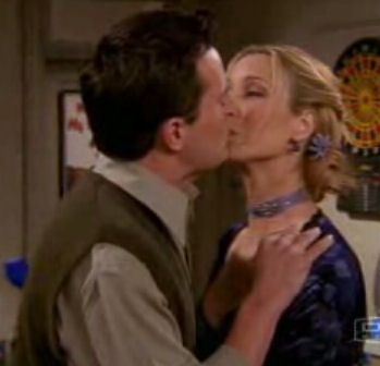 File:Chandler-phoebe-kiss.jpg