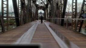 2x19-bridge-man
