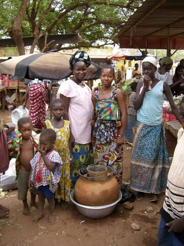 File:Gemüseverkäuferinnen mit Tonkrugkühler, Female vegetable sellers with clay pot cooler, vendeuses des légumes avec un canari frigo, Ouahigouya, Burkina Faso.JPG
