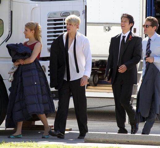 File:Glee-set.jpg