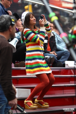File:Rachel in nyc - taking pics.jpg