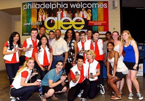 File:Glee-Cast-backstage-in-Philadelphia-meeting-Mayor-Nutter-glee-22733430-500-348.jpg