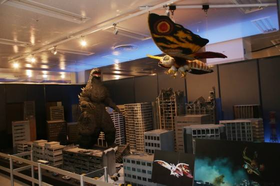 File:Great Godzilla 60 Years Special Effects Exhibition - TokyoGoji and HeiseiMosuImago.jpg