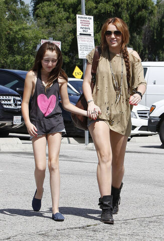 File:Miley cyrus noah cyrus sister.jpg