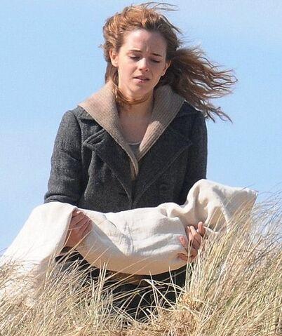 File:Grief stricken Hermione (Emma Watson) cradling Dobby.jpg