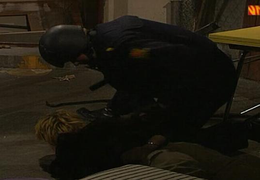 Fil:Linn blir tatt av politiet.jpg