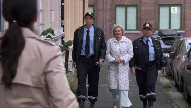 Fil:Politiet kommer med Sigrid.png