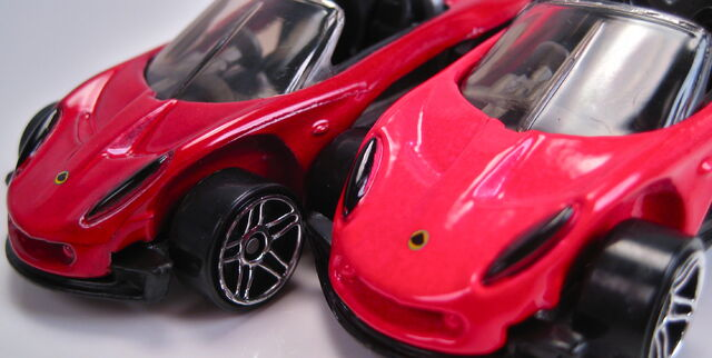 File:Lotus elise 340r different red colors 2001.JPG