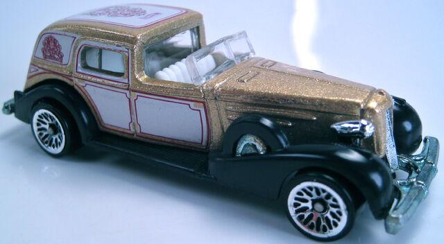 File:1935 Cadillac 2001 gold metallic.JPG