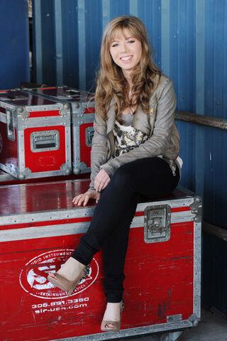 Datei:Jennette sitting 2011.jpg