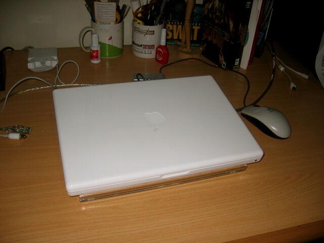 Berkas:Macbook unpacking4.jpg