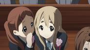 Mika passing Mio's message to Mugi
