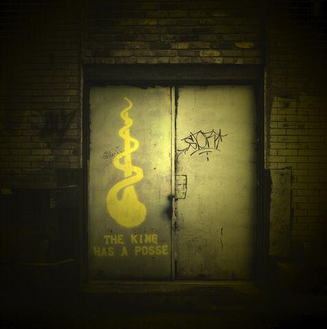 File:King in yellow graffiti.jpg